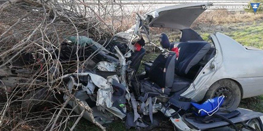 Ağaca çarpan otomobil hurdaya döndü: 2 ölü