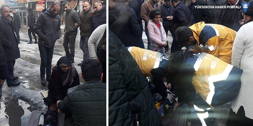 Yüksekova'da buz pistine dönen yolda düşen kadın hastaneye kaldırıldı