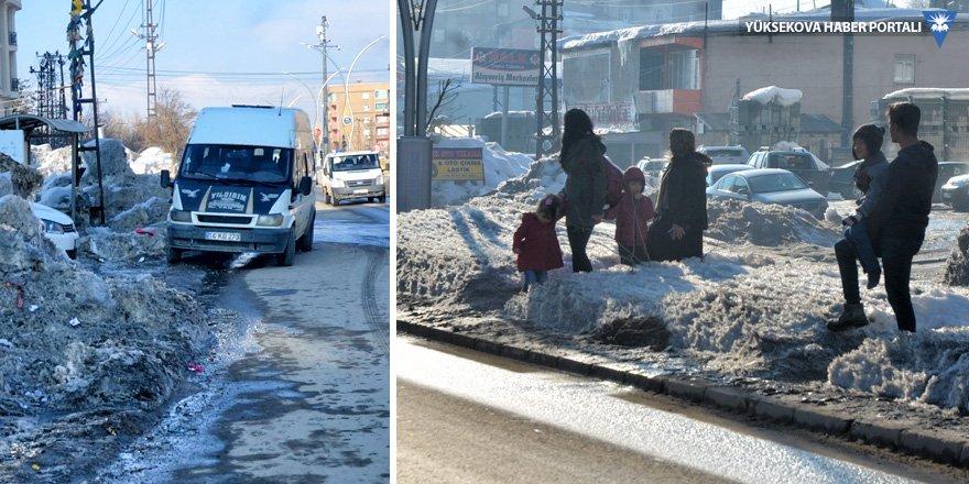 Yüksekova'da kaldırımların temizlenmemesine tepki