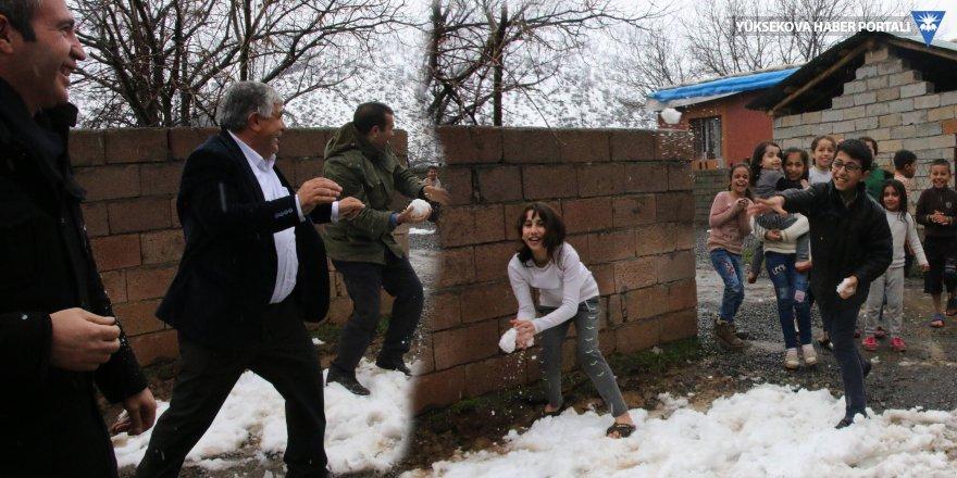 Buldan'ın aracı bozulunca partililer çocuklarla kar topu oynadı