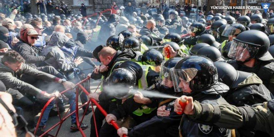 Ukrayna'da neo-Naziler ile polis arasında çatışma