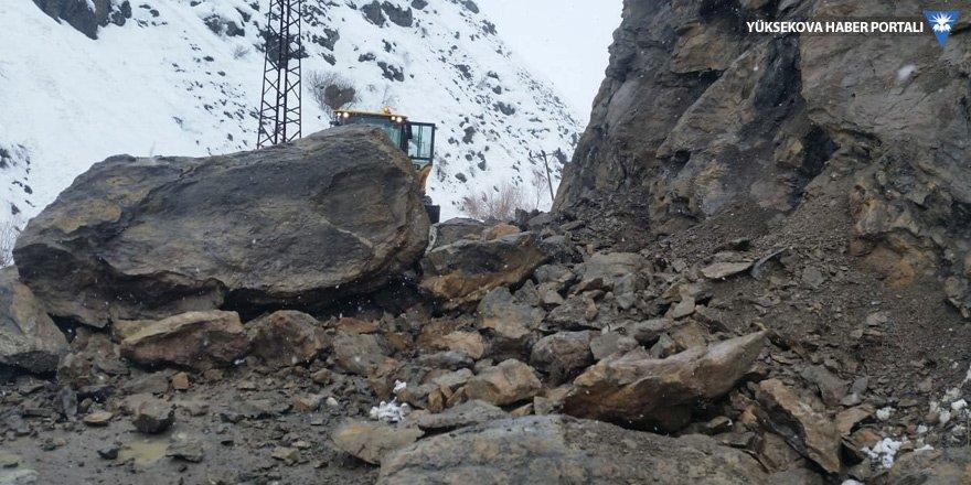 Yüksekova'da kaya parçaları yola düştü!