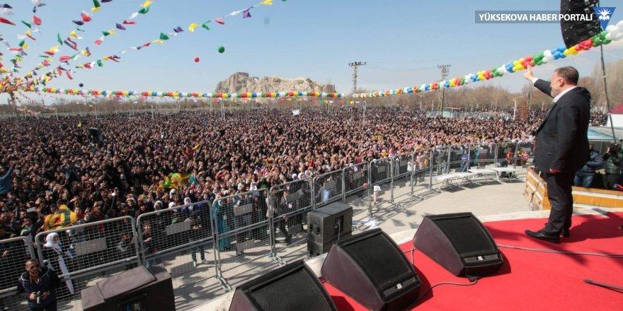 Van Kalesi eteklerinde renkli Newroz kutlaması
