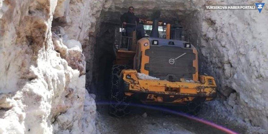 Hakkari'de çığ düşünce kapanan köy yolu açıldı