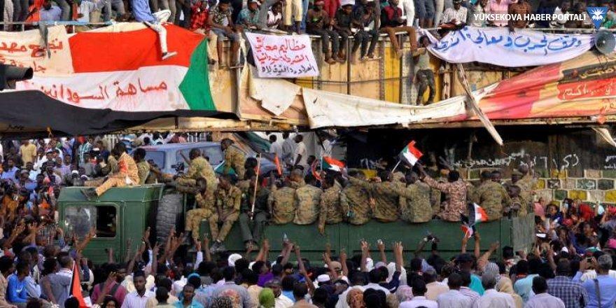 Sudan'da eski hükümet üyeleri tutuklandı