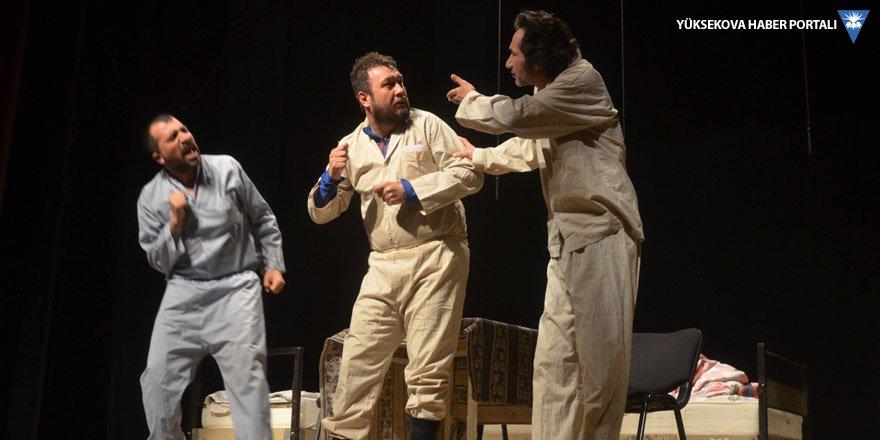 Yüksekova'da tiyatro oyununa yoğun ilgi