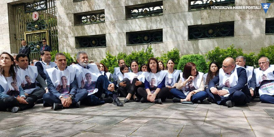 Meclis'te oturma eylemi başlatan HDP'liler: Meclis görev alsın