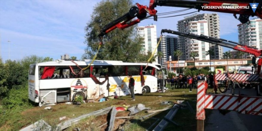 Yolcu otobüsü şarampole devrildi: 2 ölü, 29 yaralı
