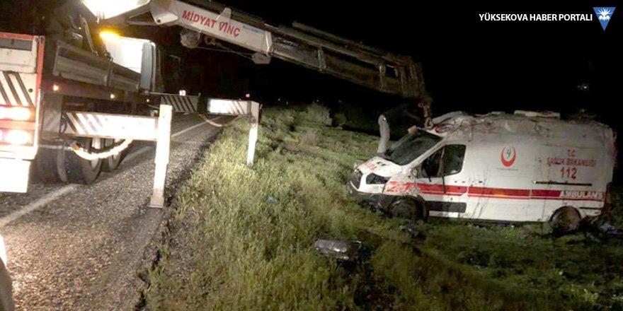 İdil'de ambulans devrildi: 3 yaralı
