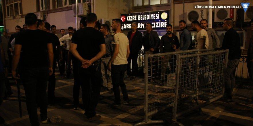 Şırnak'ta üç belediyenin önüne X-ray ve polis kulübeleri yerleştirildi