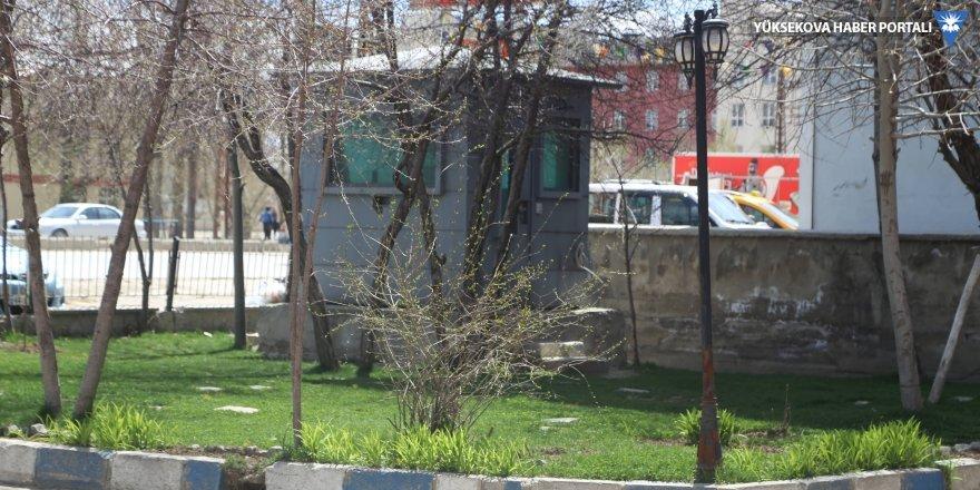 Yüksekova Belediyesi'nin etrafındaki güvenlik kulübelerine polis yerleşti