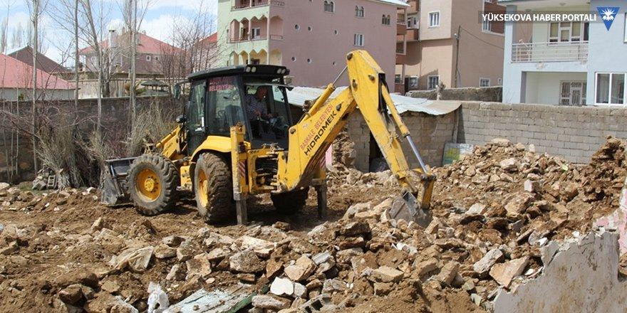 Başkale'deki metruk binalar yıkılıyor