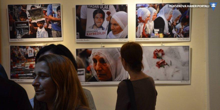 Gazeteciler çektikleri Cumartesi Anneleri'nin fotoğraflarını sergiledi