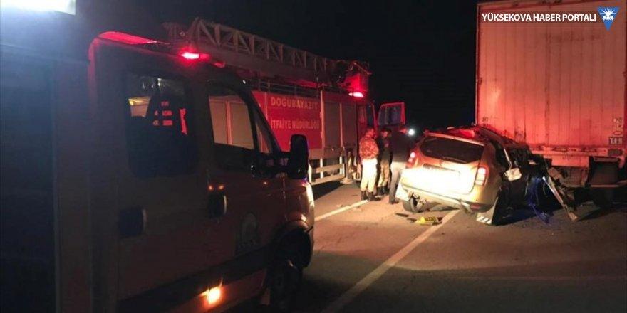 Tıra çarpan taksinin sürücüsü öldü