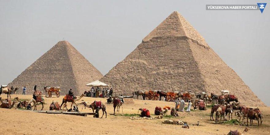 Mısır'da piramitlere giden turistlere saldırı