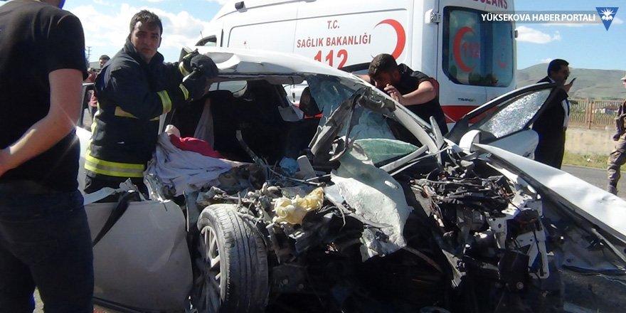 Van'da otomobil iş makinesine çarptı: 3 ölü, 4 yaralı