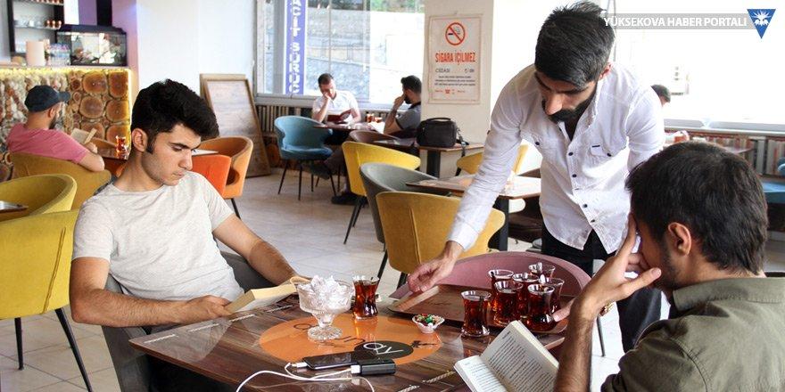 Şemdinli: Kafede kitap okuyana ücretsiz içecek ikramı