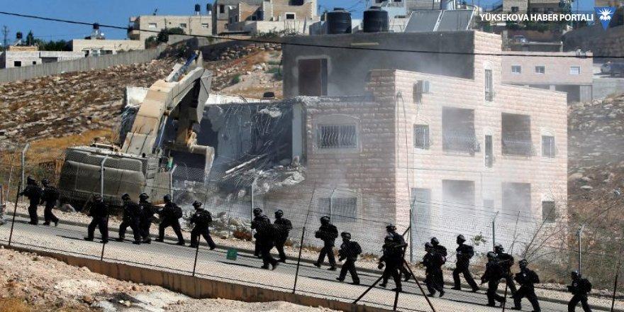 İsrail inşa ettiği duvarın yakınlarındaki Filistinlilerin evlerini yıkıyor