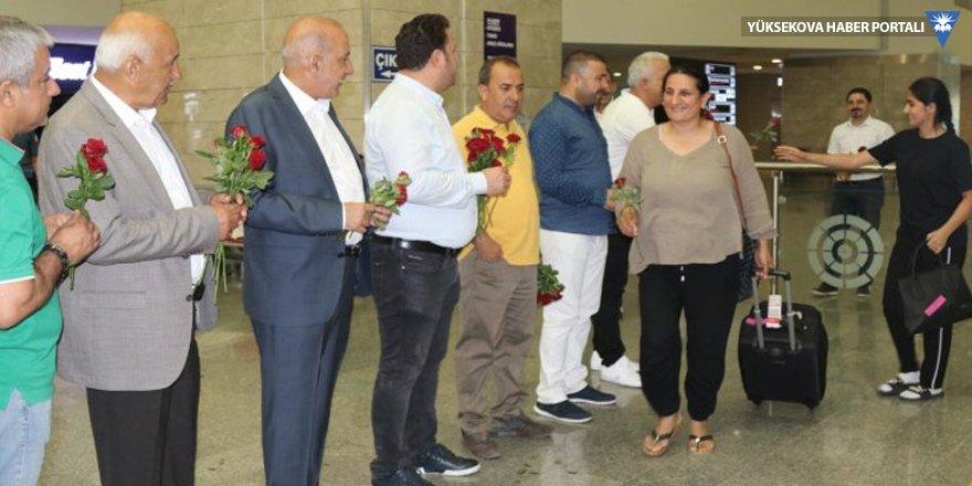 Diyarbakır'da Irak Kürdistan Bölge Yönetimi'nden gelenler karanfille karşılandı