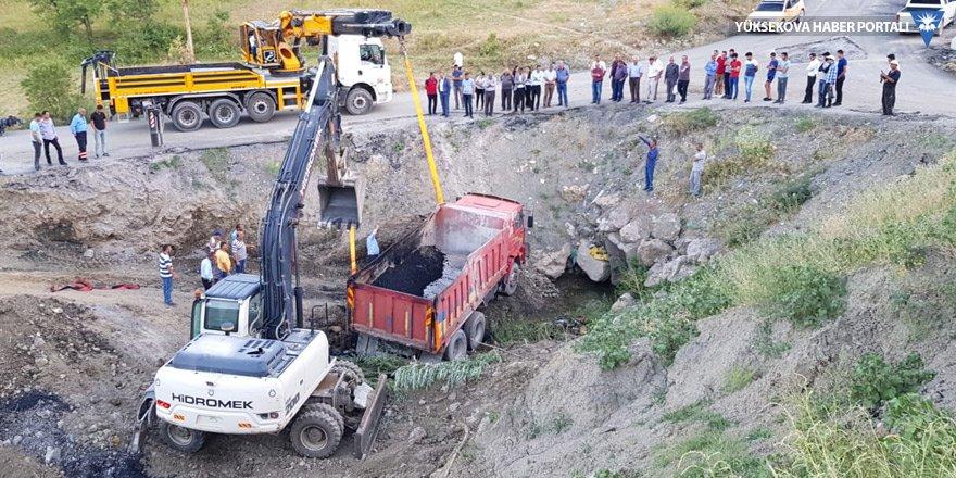 Hakkari Belediyesi'ne ait asfalt dolu kamyon dereye uçtu!