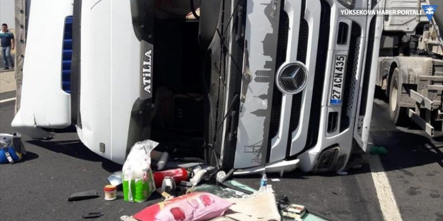Cizre'de devrilen tırdaki baba ve oğlu yaralandı
