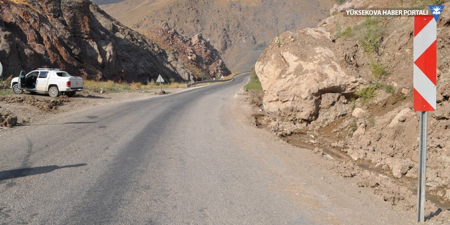 Yüksekova-Van karayoluna inen dev kaya parçası tehlike saçıyor!