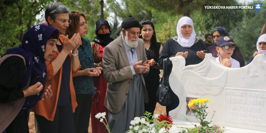 Leyla Güven, İbrahim Ayhan'ın mezarını ziyaret etti