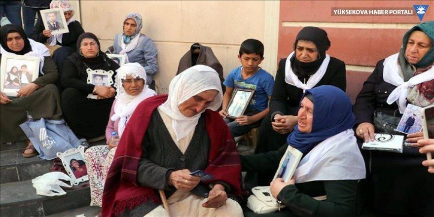 HDP önündeki ailelerden HDP için suç duyurusu