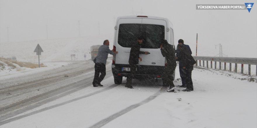 Güzeldere geçidinde kar yağışı ulaşımı aksattı