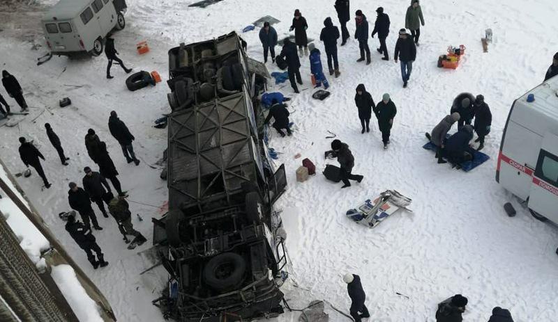 Rusya'da donmuş nehre otobüs düştü: 19 ölü