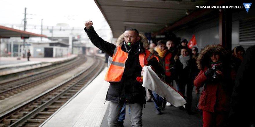 Fransa grevde: 25 yıldır böylesi görülmedi
