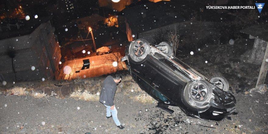 Hakkari'de otomobil şarampole devrildi: 2 yaralı