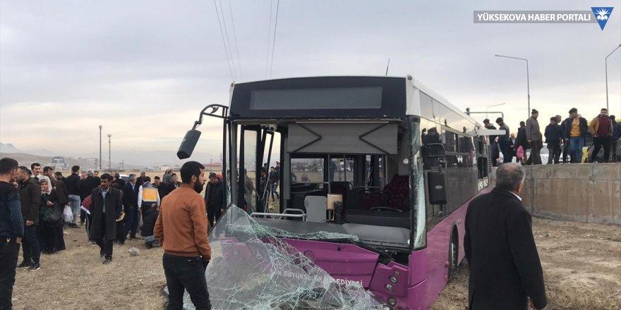 Van'da belediye otobüsü kamyona çarptı: 19 yaralı