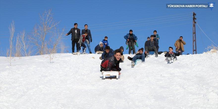 Başkaleli çocuklar kızak ve bidonlarla karı eğlenceye dönüştürüyor
