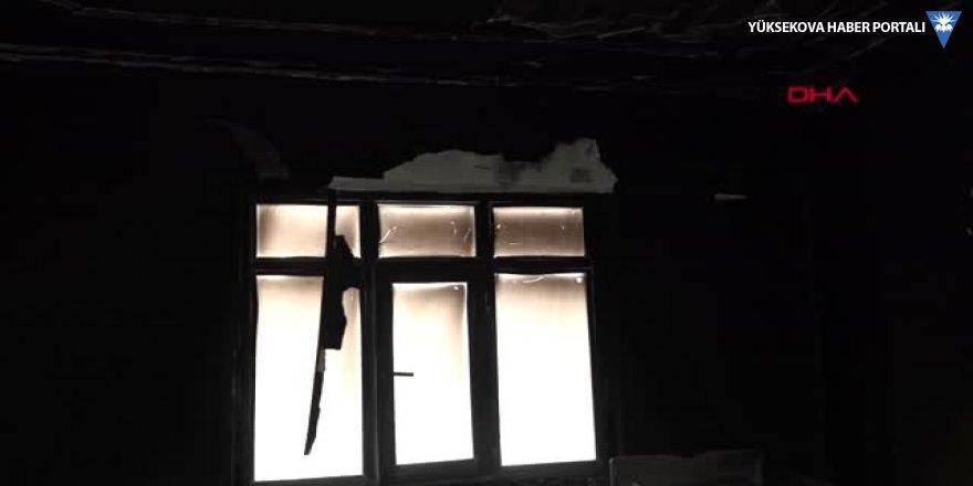 Hakkari 4 katlı apartmanın en üst katındaki dairede yangın