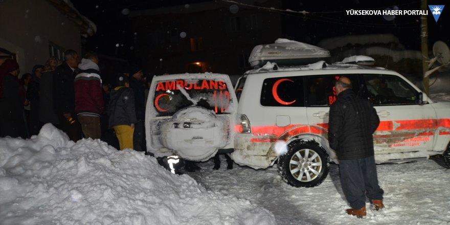 Yolu kardan kapanan mezrada rahatsızlanan vatandaş için seferber oldular