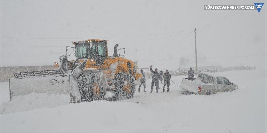 Yüksekova'da köy yolunda mahsur kalanlar kurtarıldı