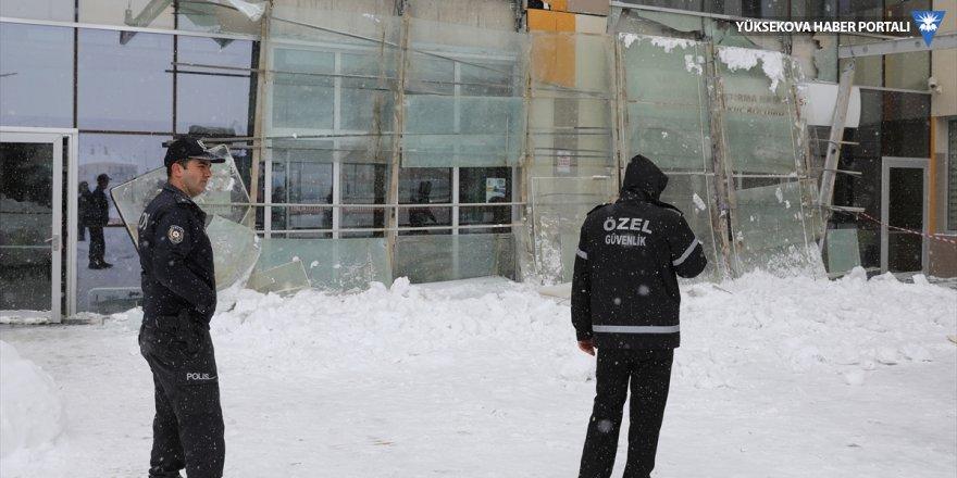 Van'da hastanenin giriş bölümünün kar nedeniyle çökmesi sonucu 9 kişi yaralandı