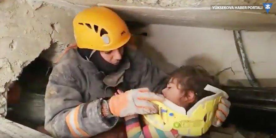 Elazığ'da 5 yaşındaki çocuk ve annesi enkazdan çıkarıldı