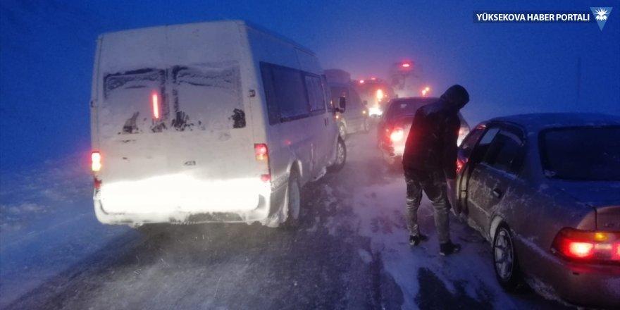 Başkale'de kar ve tipi ulaşımı aksattı
