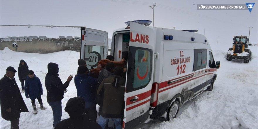 Kar nedeniyle mahsur kalan vatandaşlar hastaneye ulaştırıldı