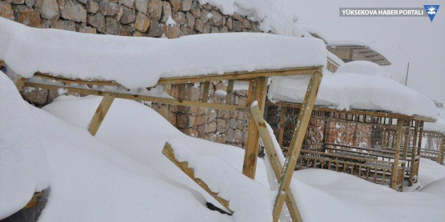 Çukurca'da parkta biriken kar, çardakları yıktı