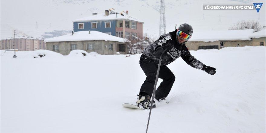 Van'ın karlı sokaklarında snowboard yaptı