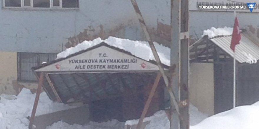 Yüksekova Aile destek merkezi binasının giriş çatısı çöktü