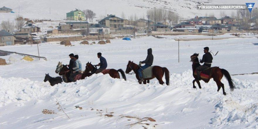 Yolu kapanan mahalleliler atla ulaşım sağlıyor