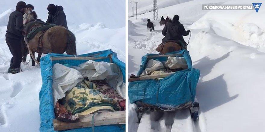 Yüksekova'da hasta, kızakla ambulansa yetiştirildi