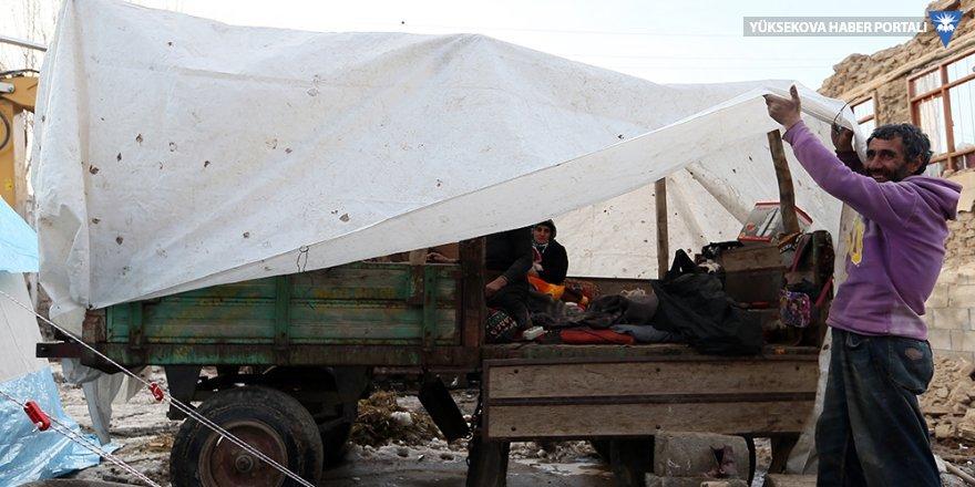 Depremde evlerini kaybeden aile geceyi traktör kasasında geçirdi