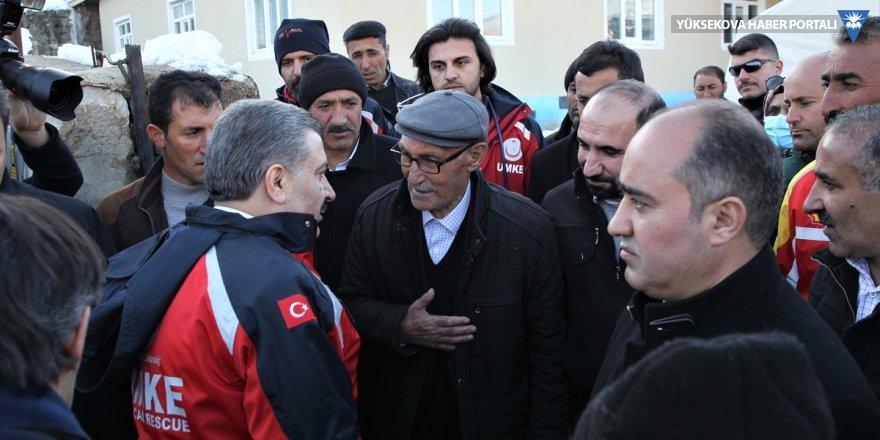 Sağlık Bakanı Koca, Van'da depremden etkilenen mahalleyi ziyaret etti