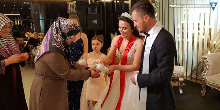 Korona günlerinde düğün: Temassız takı töreni