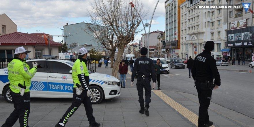 Hakkari ve Van'da sokağa çıkan 65 yaş ve üstü bireyler uyarılarak evlerine gönderildi